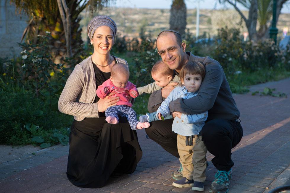 """בת-עמי, משה, דביר והתאומים נריה והלל. """"אני בטוח שיהיו לנו עוד ילדים בעזרת השם"""" (צילום: אלכס קולומויסקי)"""