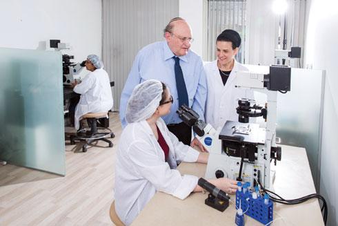 """פרופ' ברטוב ובתו, ד""""ר רעות ברטוב־שיפמן, במעבדה (צילום: דפנה טל)"""