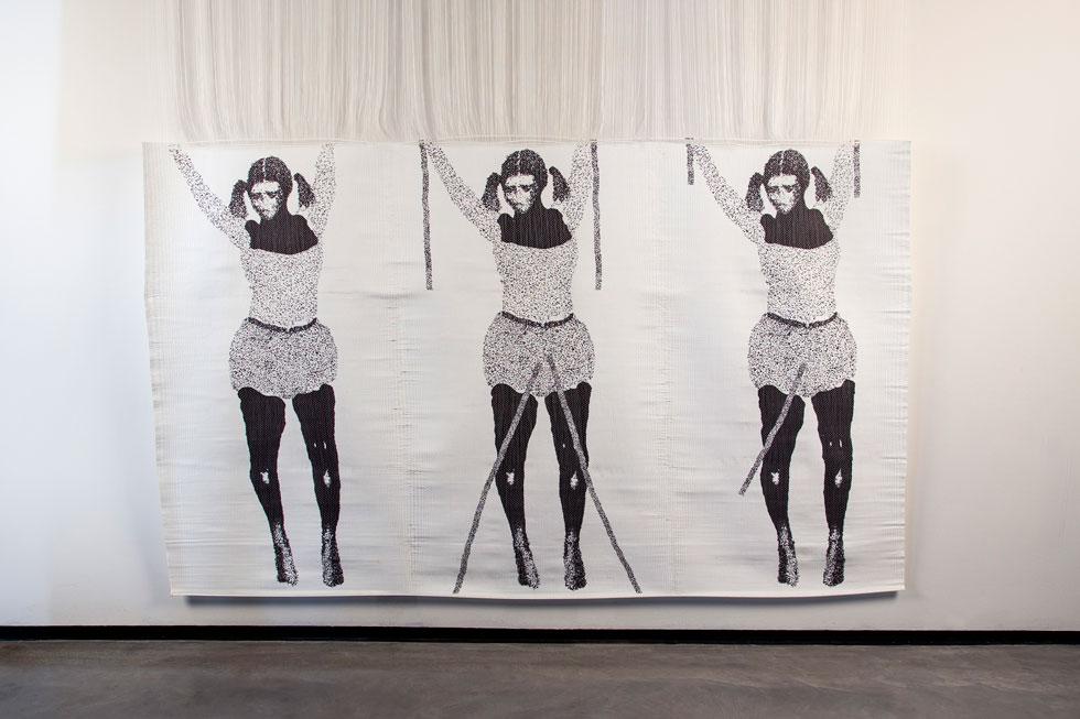 העבודה של הילה בן ארי תלויה על חוטי נייר דקיקים. בתערוכה משתתפים 65 אמנים, אדריכלים, מעצבי מוצר, טקסטיל וגרפיקה, אומני נייר וצורפים (צילום: הדר סייפן)