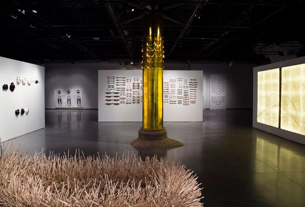 אחד מחללי התערוכה ''מצבי קיצון'', שמלאה בהפתעות. פירוט על קיר הפרפרים המסקרן - בהמשך הכתבה (צילום: הדר סייפן)