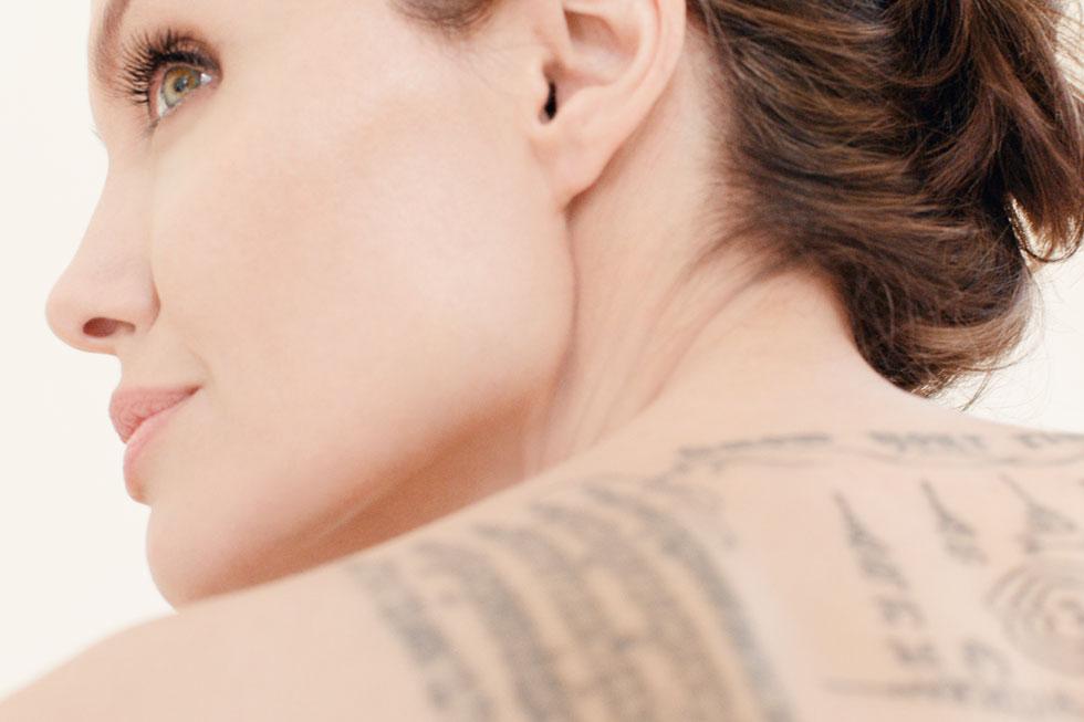 מאחורי אנג'לינה ג'ולי וגרלן קיים קשר המשתרע על פני עשורים ומקורו בזיכרון שלה מאמהּ, שאהבה את הפודרה של גרלן בניחוח פרחי איריס וסיגליות (צילום: Guerlain)