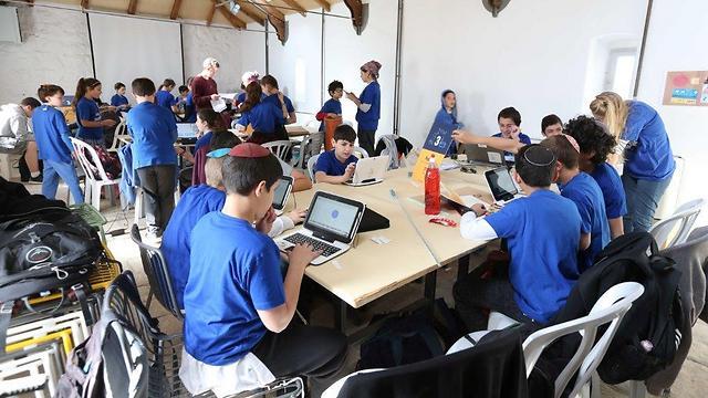 פרויקט מייקת'ון: הנוער שהתנדב היום לפתח מוצרים עבור ילדים עם צרכים מיוחדים (צילום: אפי שמח)