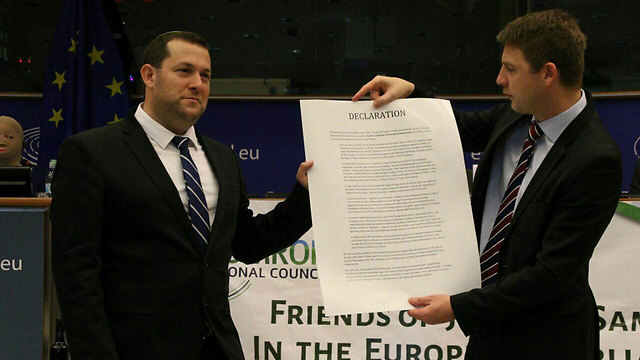 Yossi Dagan and Petr Mach present the declaration. (Photo: Benjamin Pataki)