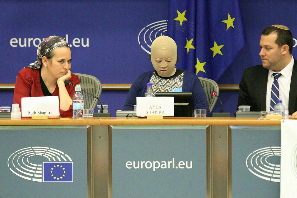 Ayla Shapira, center, with her mother and Samaria Regional Council head Yossi Dagan at the EU Parliament (Photo: Benjamin Pataki)