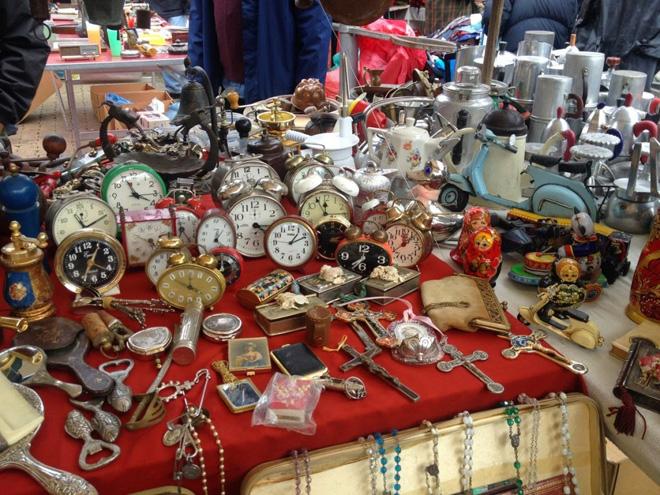 פריטים משוקי פשפשים שנמצאים בביתה. התפאורה לתשוקה אל מה שנמצא מעבר לים (צילום: מיכל בן ארי מנור)