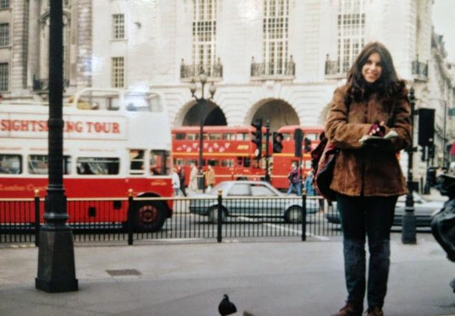 """בביקור בלונדון, 1997. """"גיליתי אנשים כמוני, שיש להם תשוקה לטיולים"""" (צילום: מתוך אלבום פרטי)"""
