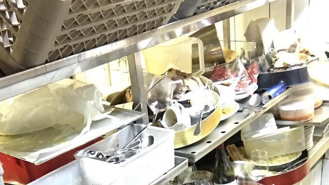 """ערימת הכלים במטבח של מסעדת """"רפאל"""" ()"""