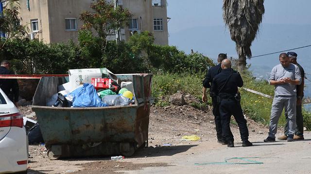 פח האשפה שאליו החשוד עם הראש הכרות (צילום: אביהו שפירא) (צילום: אביהו שפירא)
