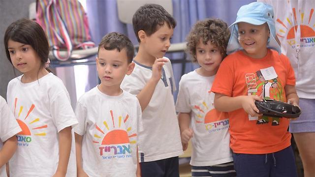 האחים זוכים לתשומת הלב שחסרה להם בבית, והילדים החולים זוכים להיות רגילים לכמה ימים ()