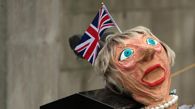 התנגדה לברקזיט, אבל כעת נלחמת ליישם אותו. בובה בדמות ראש הממשלה הבריטית מיי (צילום: AFP) (צילום: AFP)