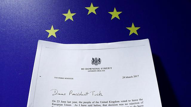סעיף 50 הופעל. עותק המכתב בן ששת העמודים שהעבירה בריטניה לאיחוד האירופי (צילום: רויטרס) (צילום: רויטרס)
