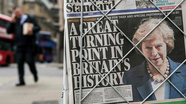 """""""נקודת מפנה גדולה בתולדות בריטניה"""". תרזה מיי על שער העיתון London Evening Standard (צילום: AFP) (צילום: AFP)"""