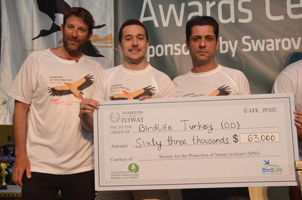 63 אלף דולר למען הגנה על הציפורים בטורקיה. יהונתן מירב מהחברה להגנת הטבע עם אנשי הארגון הטורקי למען הציפורים (צילום: מאיר אוחיון)