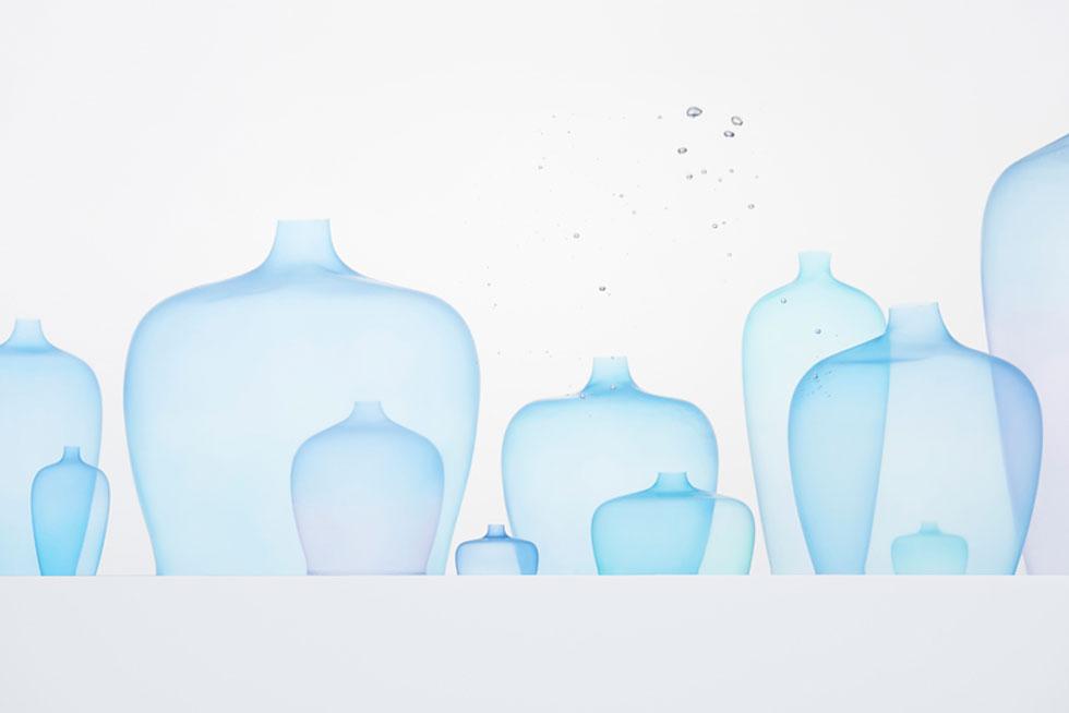 סטודיו ננדו היפני, בהובלת אוקי סאטו, מציג בשואו-רום של מעצבת האופנה ג'יל סנדר את תערוכת Invisible Outlines,  שתכלול חפצים בהדפסה תלת מימדית שקווי המתאר שלהם נשזרים זה בזה והופכים לטקסטיל. ולמשל Jellyfish Vase, אגרטלים שקועים במי אקווריום. לחצו על התמונה למידע נוסף (צילום: nendo)