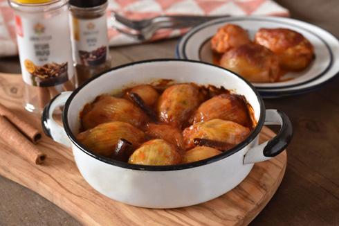 מומלץ להשקות מדי פעם את הבצלים ברוטב שנוצר בתחתית הסיר. בצלים ממולאים בבשר ואורז ברוטב עגבניות  (צילום: רחלי קרוט)