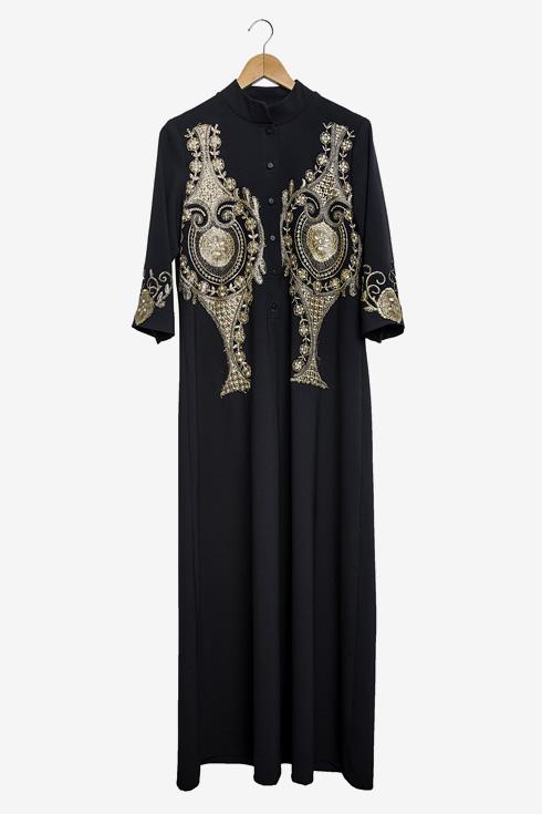 """שמלה שחורה עם רקמה בעיצובה. """"אני מאוד אוהבת שמלות רקומות, כי זה נותן מראה מלכותי. לבשתי אותה בשבת האחרונה וקיבלתי עליה רק מחמאות"""" (צילום: ענבל מרמרי)"""