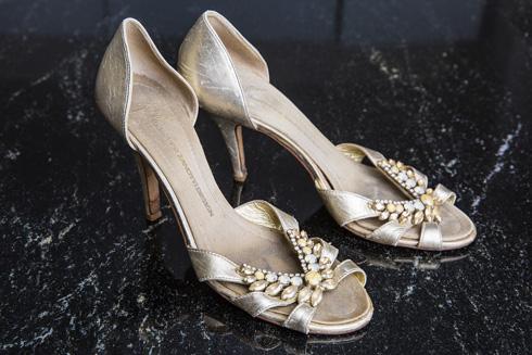 """נעליים של ג'וזפה זנוטי. """"הזוג היחיד ששמרתי מהעבר. רכשתי אותן לפני 10 שנים לפחות, כשעוד הייתי יכולה לנעול סטילטו. אז הלכתי עם עקבים לכל מקום. היום אני עולה על נעלי עקב רק אם זה אירוע מכובד, אבל אחרי שעה אני עוברת לנעליים שטוחות או לכפכפי הוויאנס"""" (צילום: ענבל מרמרי)"""