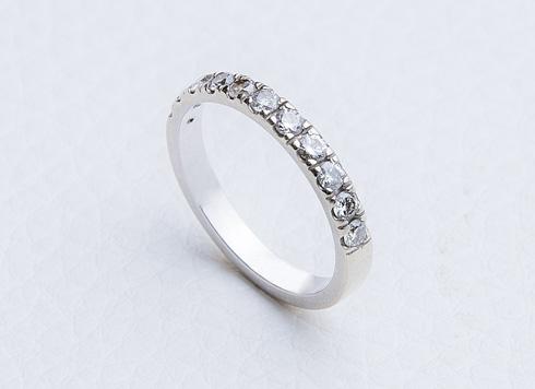 """טבעת יהלומים. """"היתה לי עוזרת בית שגנבה לי את כל התכשיטים, כולל טבעות הנישואים והאירוסין. באחד מימי הנישואים שלנו ביקשתי מבעלי שיקנה לי טבעת. צילמתי לו בדיוק איזו אני רוצה"""" (צילום: ענבל מרמרי)"""