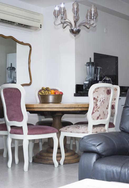 פינת האוכל בסלון ביתה של לינור אברג'יל (צילום: ענבל מרמרי)