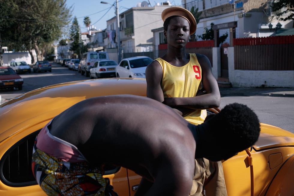 """""""רוב הזמן חושבים שאני אפרו-אמריקאי ופונים אליי באנגלית, עד שאני מספר שאני סודני"""" (צילום: אסף עיני, סטיילינג: שי לי ניסים)"""