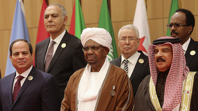 הרודן המודח אל-באשיר (במרכז). משמאלו: סיסי (צילום: AP) (צילום: AP)