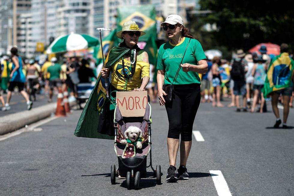 מפגינים נגד השחיתות בברזיל בחוף קופקבנה בריו דה ז'ניירו (צילום: AFP)