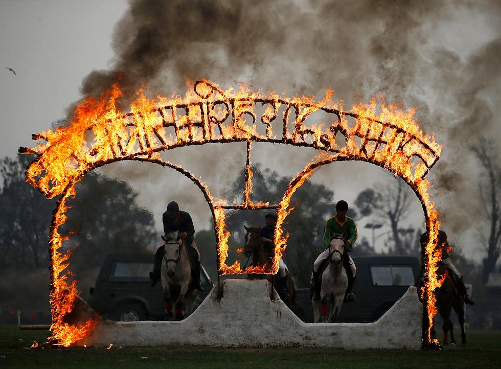 חיילים בצבא נפאל מפגינים את כישוריהם על סוסים במהלך הפסטיבל הדתי גודה ג'אטרה בקטמנדו (צילום: רויטרס)