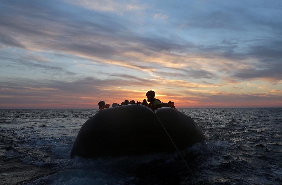 סירה ועליה יותר ממאה מהגרים חולצה על ידי צוות חילוץ ספרדי בים התיכון (צילום: רויטרס)