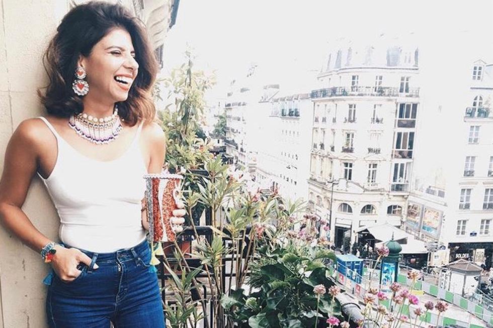 """""""אני לא טיפוס 'שופוהולי', ואם אני קונה משהו בנסיעות זה יהיה איזה פִיס מיוחד בעל ערך. אבל אני כן חייבת לקחת איתי חזרה מזכרת קטנה מכל נסיעה"""". בפריז (צילום: מתוך האינסטגרם של YA SALAM FASHION BLOG)"""