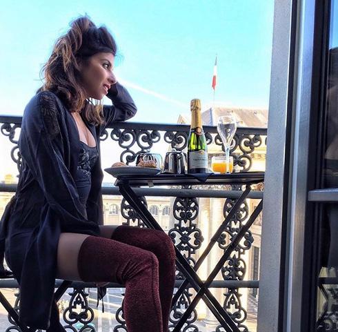 ניו יורק מרגישה טיפה פלסטיקית, פריז לא. קורין בבירה הצרפתית (צילום: מתוך האינסטגרם של YA SALAM FASHION BLOG)