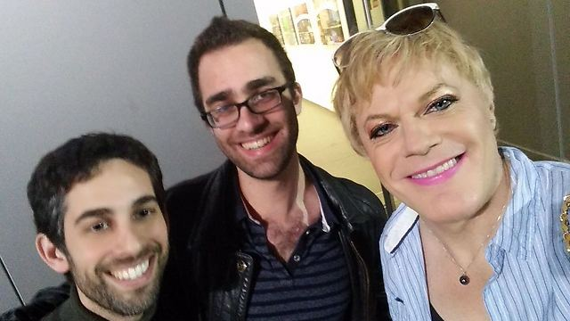 Eddie Izzard (R) and two of his Israeli fans (Photo: Dan Becker)