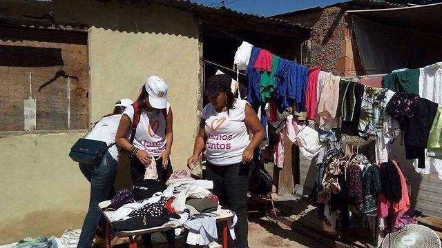 מעשה טוב בברזיל: עמדת תרומת בגדים לנזקקים (צילום: באדיבות רוח טובה)