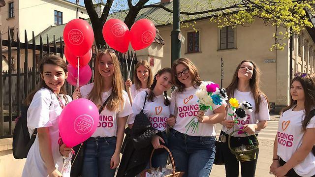 ארוחה חמה, מעשה טוב. יום המעשים הבינלאומי בפולין, דואגים לגיל הזהב (צילום: באדיבות רוח טובה)