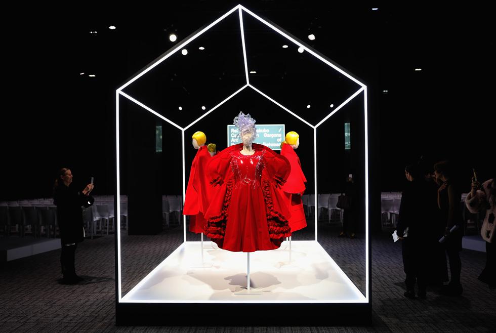 שפה אופנתית ופילוסופית. התערוכה Art of the In-Between מוקדשת למעצבת ריי קוואקובו מהמותג היפני קום דה גרסון (צילום: Gettyimages)