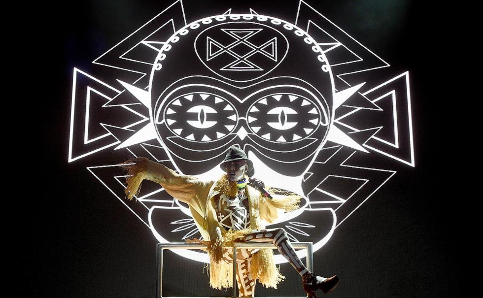 מיצג אמנותי הכולל תלבושות אקסטרווגנטיות, ציורי גוף אפריקאיים ואת ההולה-הופ המפורסם. גרייס ג'ונס (צילום: Gettyimages)