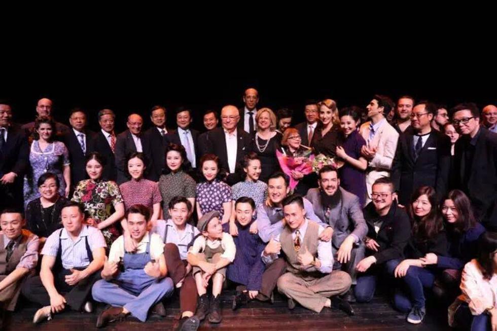 משתתפי המחזמר, במרכז עם הפרחים - רינה שרון ()
