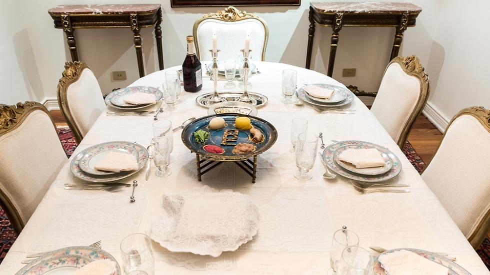 כשנשב כולנו ביחד סביב שולחן ליל הסדר, עלינו להרבות בחיבור ובאהבה (צילום: shutterstock)
