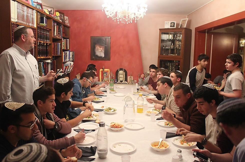 """בסעודה בבית חב""""ד ז'נבה (צילום: נוה רזי) (צילום: נוה רזי)"""