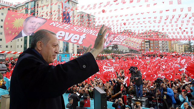 Erdoğan greets his supporters during a rally leading up to the referendum (Photo: AP)