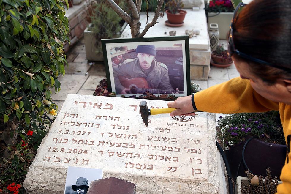 אמו של שקד מאירי, אחרי שניתצה את שם האלמנה מהמצבה (צילום: יריב כץ) (צילום: יריב כץ)