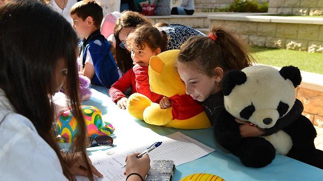 הדובים הופכים למטופלים והילדים מלווים אותם. עמדת הקבלה לבית החולים