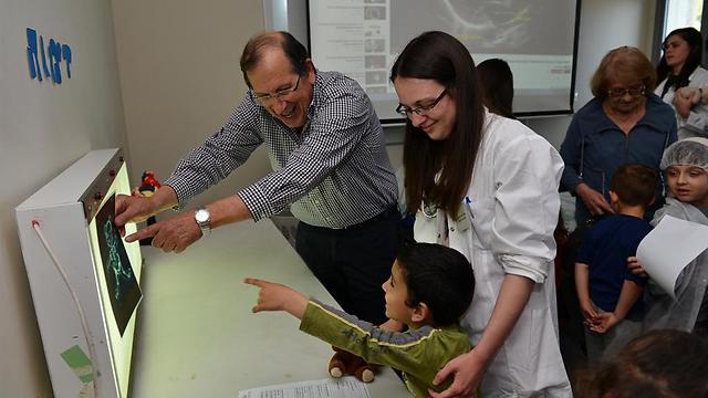 מבצעים ניתוח בדובי ומפענחים צילומי רנטגן יחד עם הילדים. להראות לילדים שפרוצדורות הן לא דבר מפחיד