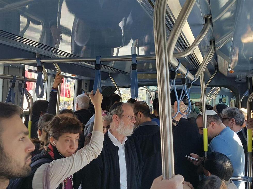 אינספור תלונות. נוסעים ברכבת הקלה בירושלים ()