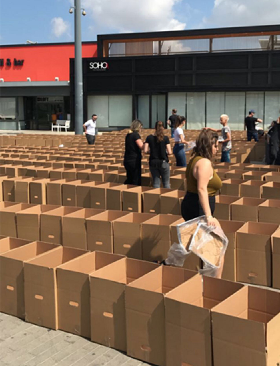 מתנדבים אורזים מצרכים למשפחות נזקקות ()