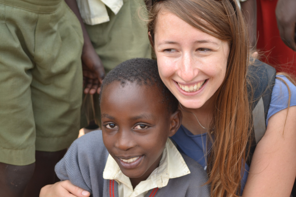 """אלינה זולוטושקו (29) היא גננת, בעלת שני גנים טבעוניים בפרדס חנה, בזוגיות, מתגוררת בגבעת עדה. בתמונה: עם """"בנה"""" קנדי באוגנדה (צילום: אלבום פרטי)"""