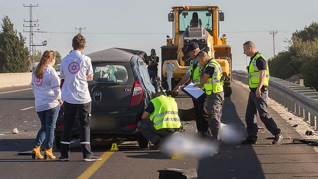 זירת תאונה בכביש 4 באזור צומת פרדסיה (צילום: עידו ארז) (צילום: עידו ארז)
