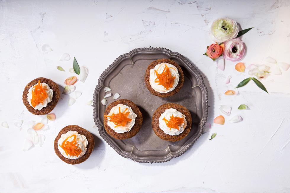 עוגות גזר אישיות לפסח בעיטור קצפת וגזר מסוכר (צילום: שרית גופן)
