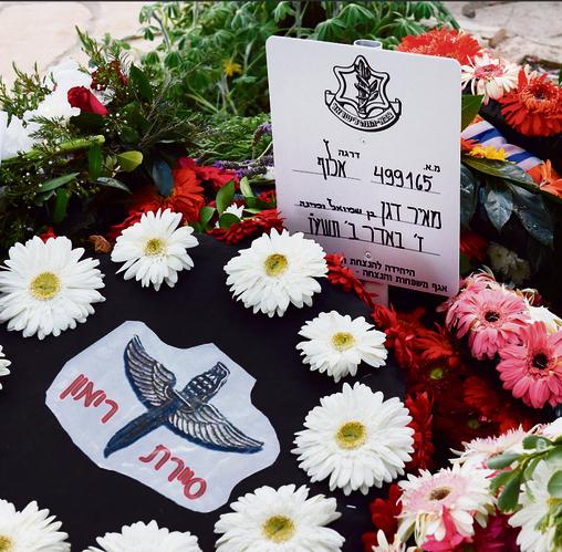 """קברו של דגן ז""""ל, עם הזר שהניחו יוצאי סיירת רימון. אלדן: """"דגן הפך אותנו לכוח לוחם, סיכולי, שתפקידו להגיע לקרבה למחבלים ואז להרוג אותם"""""""