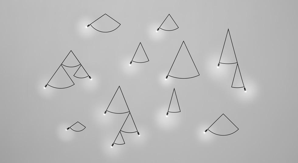 וכחלק מאותה שפה, ומאותו מחקר, מוצגת סדרת גופי התאורה הזו תחת הכותרת ''עקבות''. זו לא רק כותרת מעורפלת: הכוונה היא ליצור רהיטים (כמו הארונות למעלה) שיוכלו להתאים לשימושו של כל אחד, ולא להיות מקובעים באופן גנרי (צילום: nendo)