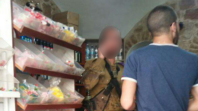 החייל מסתתר בחנות (צילום: מחאות החרדים הקיצוניים) (צילום: מחאות החרדים הקיצוניים)